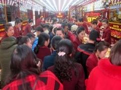 21h tối, khách vẫn tấp nập trong ngoài cửa hàng Kim Tín